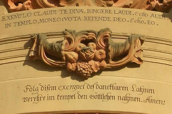 Detailansicht des Eingangs zur Klosterkirche Schöntal mit Knittel-Vers