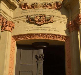 Eingang zur Klosterkirche Schöntal mit Knittel-Vers
